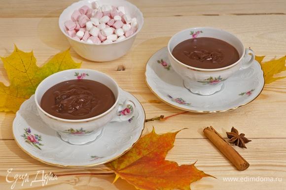Разлейте готовый горячий шоколад по чашкам.