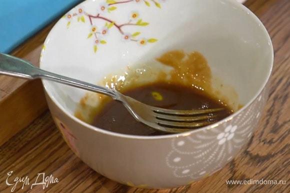 Приготовить заправку: соевый соус соединить с оливковым маслом, рисовым уксусом и мирином, добавить мисо-пасту и все перемешать.