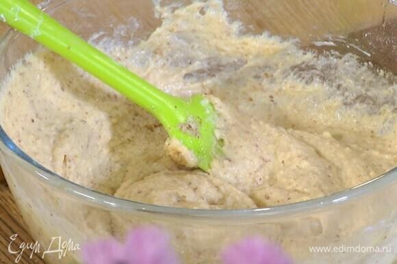 Приготовить тесто: муку перемешать с сахаром, разрыхлителем и солью, добавить 200 г предварительно размягченного сливочного масла и растереть все лопаткой, затем, каждый раз вымешивая, ввести яйца и миндаль, добавить ванильный экстракт, йогурт и все еще раз перемешать.