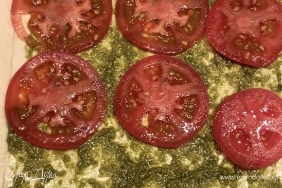 Выкладываем помидоры, нарезанные тонкими кружочками