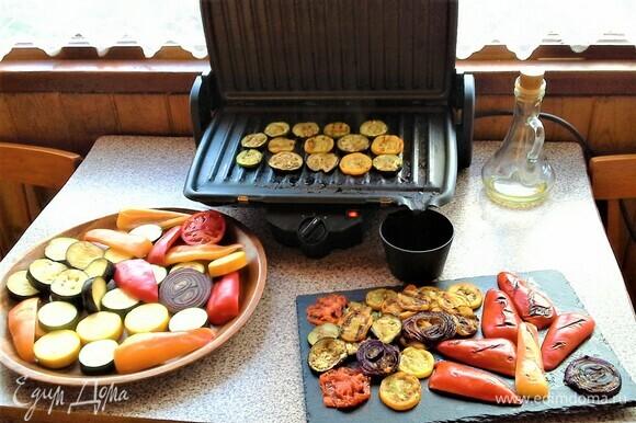 Включаем электрический гриль-пресс, слегка смазываем поверхности растительным маслом и жарим овощи до готовности.