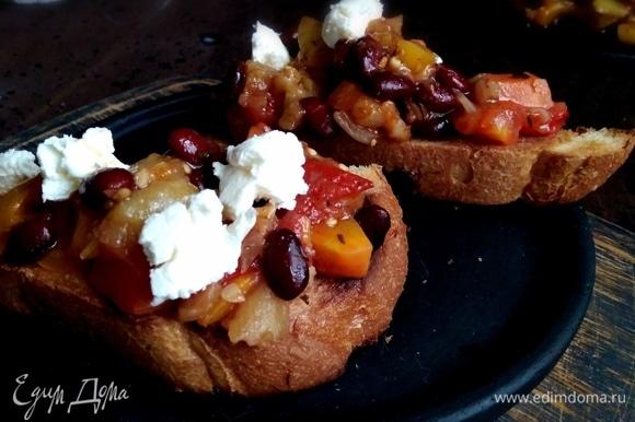 Для подачи хлеб подсушить в тостере. На каждый кусок выложить рагу и немного сыра фета. Вкусный ужин готов!