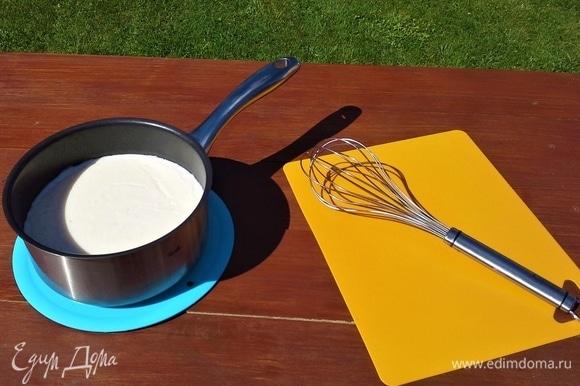 Баклажаны надо промокнуть салфеткой, чтобы убрать соль и горечь. На другой сковороде слегка обжариваю баклажаны и картофель на оливковом масле. Готовим соус: в сотейнике разогреваю сливочное масло, добавляю муку. Помешиваю до образования светло-коричневого цвета, вливаю молоко, добавляю немного соли и мешаю венчиком смесь до загустения.
