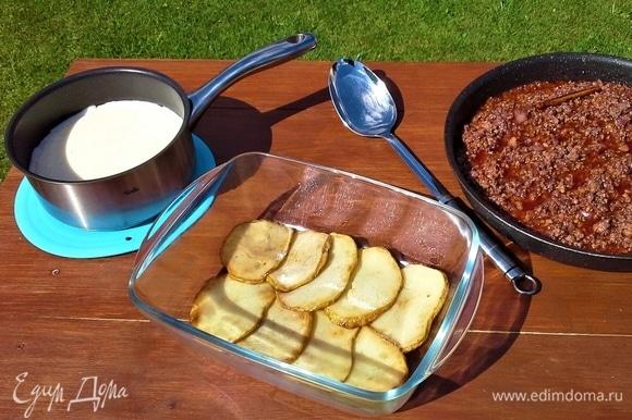 Собираем запеканку: первым слоем в форму для запекания укладываем картофель.
