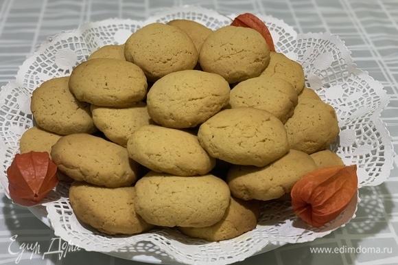 Поставьте тыквенное печенье в духовку, разогретую до 180°C. Выпекайте печенье с тыквой в течение 10–15 минут до желаемой степени румяности.