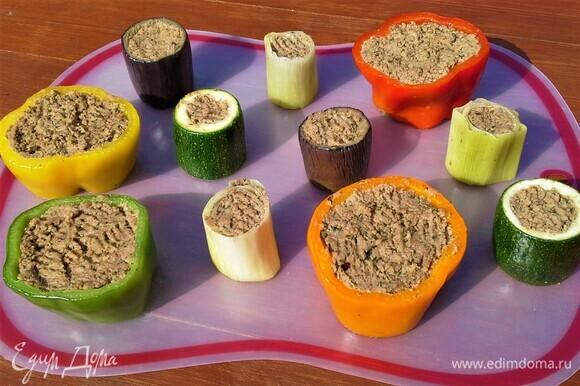 Овощи будем готовить на шампурах. Чтобы они не трескались, надо их бланшировать. Опустите на короткое время в подсоленный кипяток, а потом в ледяную воду.