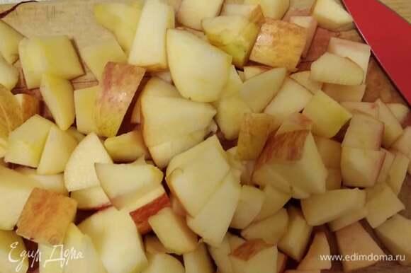 За это время яблоки нарезаем кубиками.