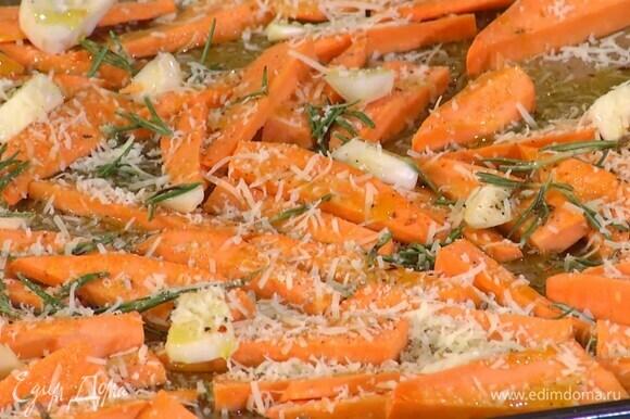 Посыпать батат листьями розмарина, посолить, поперчить, полить оливковым маслом и посыпать натертым сыром.