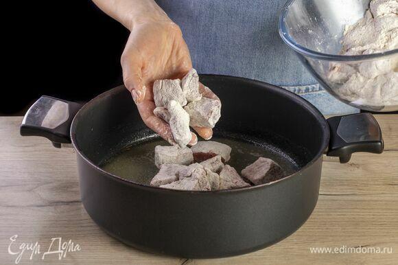 Обжарьте говядину на сливочном масле.