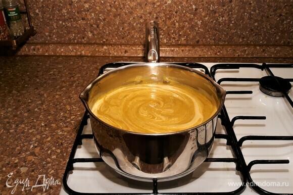 Вернуть в кастрюлю, посолить. Если есть необходимость, добавить бульон, в котором варились продукты. Добавить сливки, довести до кипения. Суп готов!