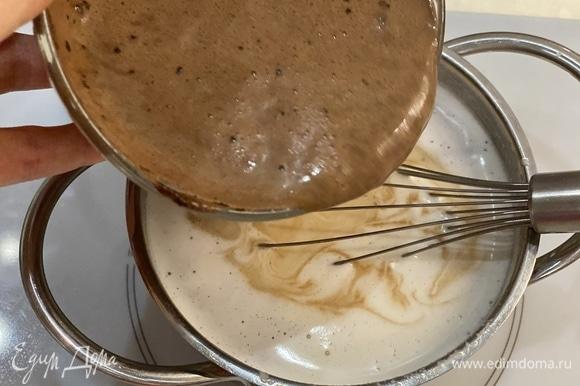 Налить в сотейник 400 мл молока, добавить сахар и поставить нагреваться. В чашке смешать крахмал и оставшиеся 100 мл молока. Аккуратно, непрерывно помешивая, влить крахмальную смесь к нагретому молоку.