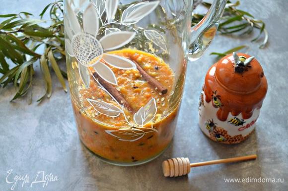 В кувшин перелейте ягодно-мандариновую массу, добавьте натертый имбирь (небольшой кусочек — 1,5–2 см), палочки корицы (1–2 шт.).