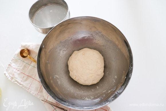К муке добавляем соль, сахар, молоко и замешиваем тесто. Края емкости смазываем растительным маслом, кладем туда тесто и накрываем полотенцем. Оставляем тесто подниматься на 1,5 часа.