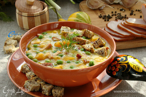 Если кто-то не очень любит тыкву, то суп можно сварить и подать традиционно, в миске. Вкус от этого не изменится, а палитра красок поднимет настроение холодным осенним днем.