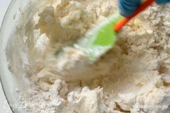 В миску просейте пшеничную муку, добавьте разрыхлитель и щепотку соли. Всыпьте к рикотте и аккуратно вымешайте тесто лопаткой.
