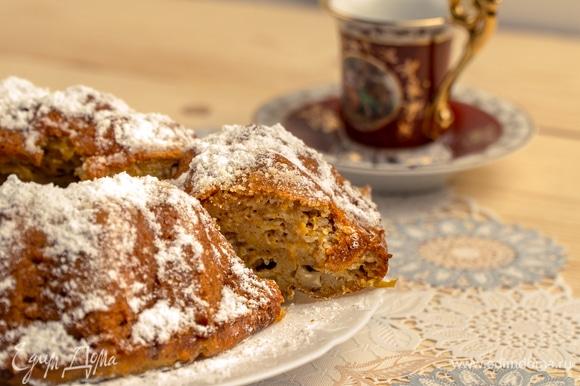 Переложить тыквенный манник из формы на сервировочное блюдо и украсить сверху сахарной пудрой. Приятного аппетита!