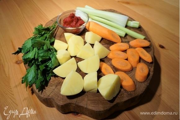 Добавьте картофель, морковь, сельдерей, томатную пасту и мелко нарезанную петрушку. Вновь доведите до кипения, убавьте огонь и варите до готовности овощей.