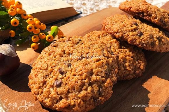 Выпекать печенье 12–15 минут. Готовое печенье очень аккуратно перенести на решетку и полностью остудить. Осторожно — горячее печенье слишком мягкое!