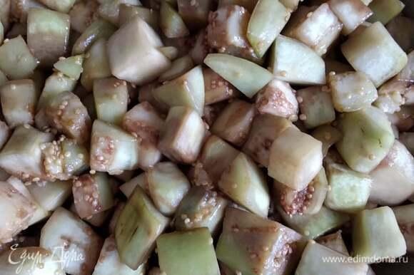 Баклажаны промыть, очистить, нарезать кубиком. Обжарить в растительном масле минут 15.