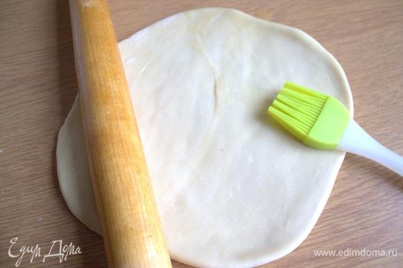 Каждую раскатать в тонкий пласт и смазать растительным или растопленным сливочным маслом (примерно уйдет 0,3 стакана).