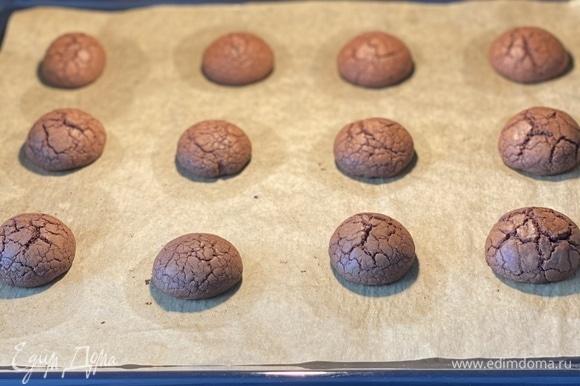 Выпекать ~ 10 минут. Не пересушите, печенье должно быть мягким.