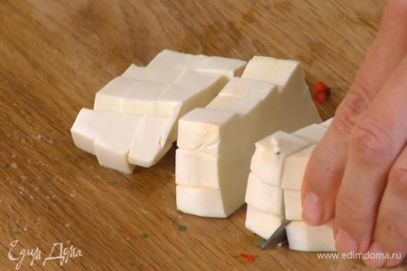 Фету нарезать маленькими кубиками.