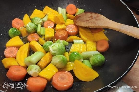 В сковороде разогреть оливковое масло и на относительно большом огне обжарить первую партию овощей. Жарить минут 4–5.