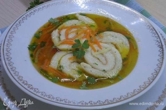 Подается суп с зеленью. Для меня этот суп — вкусное открытие!