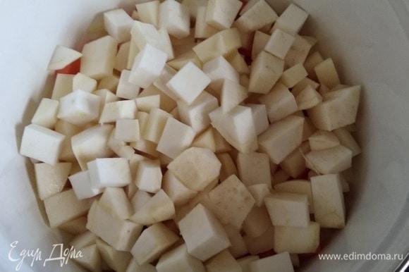 Нарезать кубиком картофель и корень сельдерея. Сложить в кастрюлю к моркови с луком. Обжарить 3 минуты. Влить вино, прогреть минут 5–7, чтобы выпарить алкоголь. Залить кипящей водой и варить на медленном огне до готовности овощей. Время зависит от размера нарезки. У меня варились минут 15. Воды наливайте не очень много, чтобы суп не получился слишком жидкий. Лучше потом добавить.