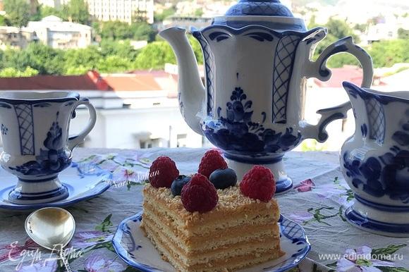 Готовый торт поставить в холодильник для пропитки, лучше — на ночь.