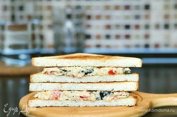 Хлеб поджарить на сухой сковороде или в тостере, собрать сэндвич. Можно также завернуть в лепешку или просто подавать как салат. Наслаждаться :) Приятного аппетита.