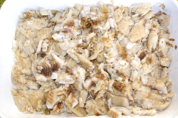 Выкладываем рыбу в глубокое блюдо или керамическую форму для запекания. Рыбу разделить на кусочки, по возможности удалить все имеющиеся кости.