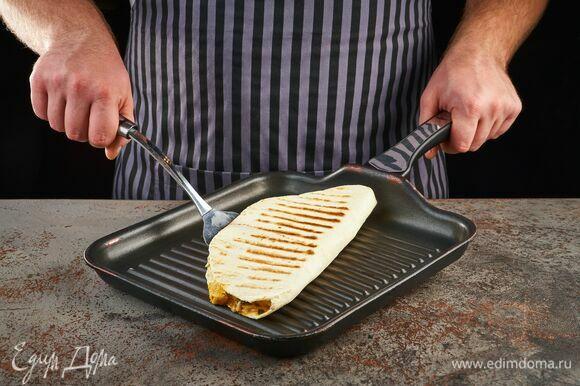 Обжарьте кесадильи с двух сторон на сухой сковороде-гриль до характерных полосок.