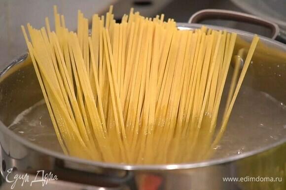 Спагетти отваривать в подсоленной воде на минуту меньше, чем указано в инструкции на упаковке.