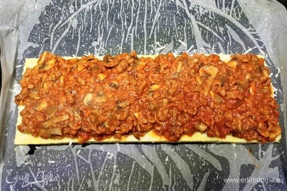 Мясное рагу разделить на три части. Лист поленты посыпать тертым сыром и выложить соус, сверху накрыть вторым листом поленты, посыпать тертым сыром и выложить часть начинки.