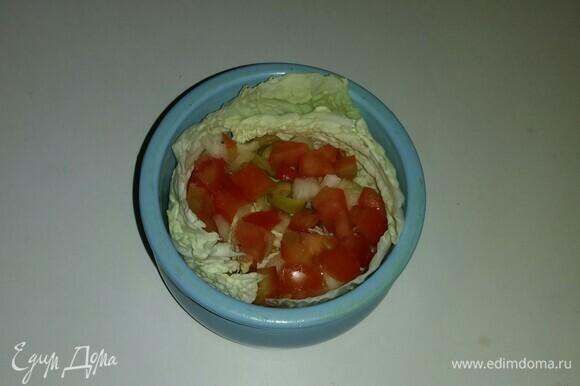 Затем выложить в горшочек на слой пекинской капусты часть нарезанного помидора, репчатого лука и оливок.