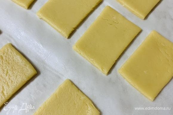 Раскатываем тесто толщиной около 4–5 мм и нарезаем на ровные прямоугольники. Если будете делать печенье с узорами, тогда отправьте нарезанное и выложенное на противень печенье в морозильную камеру на 15 минут. Так узоры не «поплывут» во время выпекания.