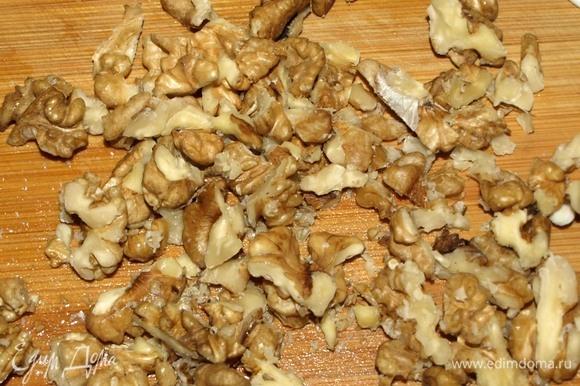 Грецкие орехи порубить.