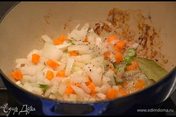 Обжаренное мясо переложить на тарелку, а в сковороду выложить все нарезанные овощи, посыпать кориандром, тмином, добавить лавровый лист, перемешать и все обжарить.