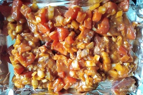 Духовку разогреть до 210°C. Противень выстелить фольгой, смазать маслом. Поместить на него свинину вместе с маринадом. Готовить 45 минут.