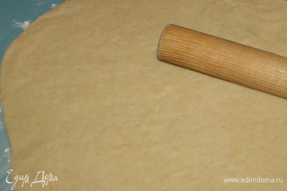 Тесто раскатать на припыленной мукой поверхности толщиной 0,5–1 см.