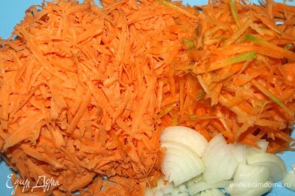 Батат и морковь натереть на крупной терке. Лук нарезать произвольно, чеснок порубить. В сотейнике разогреть растительное масло. Отправляем овощи в сотейник и готовим 5 минут.