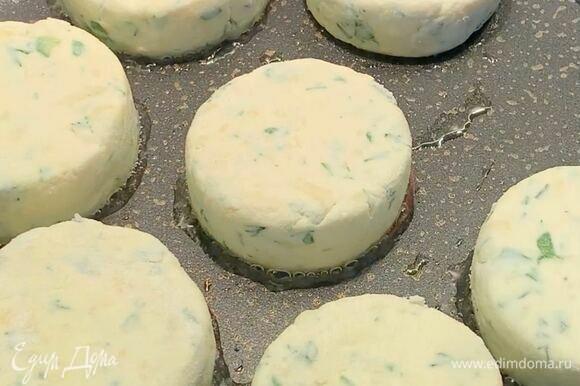 Сковороду разогрейте, добавьте растительное масло и выложите сырники на небольшом расстоянии друг от друга. Обжарьте без крышки на среднем огне в течение 5 минут.