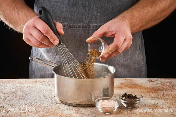 Приправьте солью, перцем и мускатным орехом. Продолжайте взбивать до загустения.
