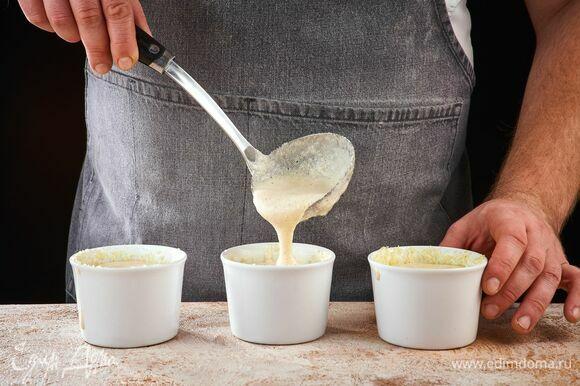 Разложите массу в подготовленные формочки, заполняя их полностью. Запекайте при 190°C в течение 30 минут до золотистого цвета.