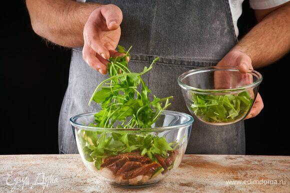 В салатник выложите морепродукты, томаты, огурец, грушу и руколу.