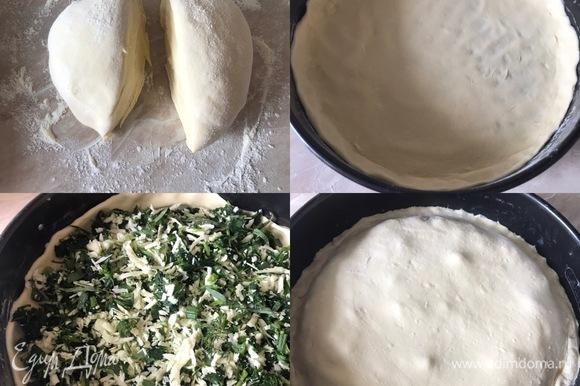 Тесто разделить на две части, раскатать, переложить в форму. Распределить начинку по тесту. Раскатать вторую часть теста и накрыть пирог. Аккуратно защипнуть края и срезать излишки теста.