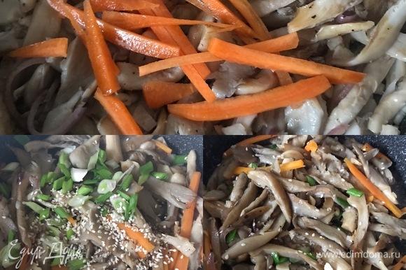 Затем добавить морковь, соевый соус, перемешать и тоже обжарить в течение 1–2 минут. В конце добавить зеленый лук, кунжут, чили. Перемешать и снять с огня.