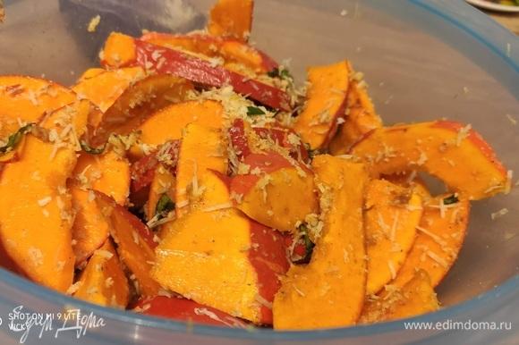 Выложить тыкву в миску, добавить 2 ст. л. оливкового масла и все хорошо перемешать.