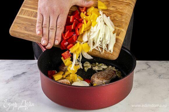 Выложите болгарский перец и лук в сковороду, обжарьте до золотистости.